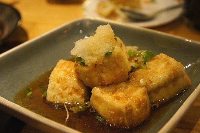 日式炸豆腐,五塊炸豆腐,底下是醬油,上頭擺著蘿卜泥....