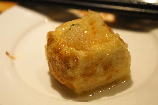 個人覺得這種豆腐是一口豆腐加一口醬汁吃最好吃...