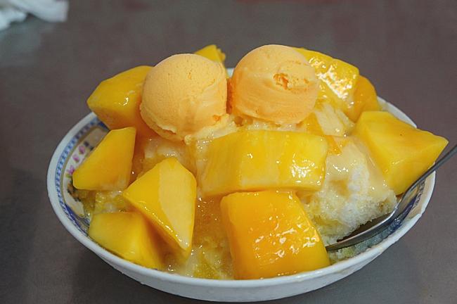 芒果冰,有許多芒果,上頭還有二棵芒果冰淇淋,底下則是清冰,芒果頗甜...