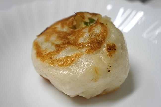 煎包是二面都煎過的,出爐時候外皮脆頗不錯吃,只不過冷掉後就失去口感,且有油味