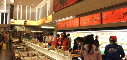 這是主要的餐台,右邊冰箱是火鍋料的地方,中間則是熟食曲,後方有手搖飲料與炸物...