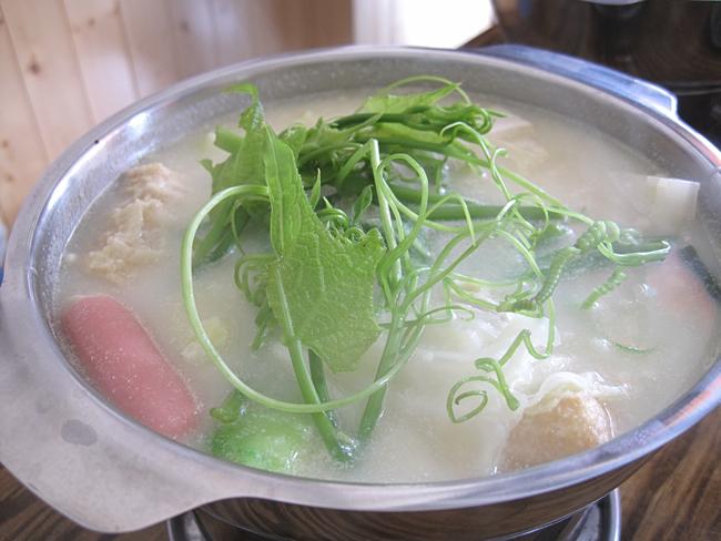 起士牛奶小火鍋,裡頭的料很豐富,上頭還有新鮮的菜...