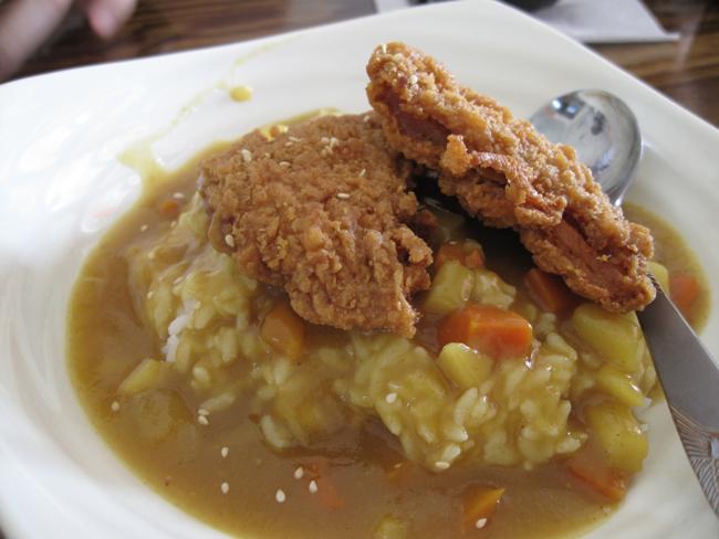 相較之下,咖哩飯份量就少一些...咖哩味道普通,雞腿現炸的頗酥脆.
