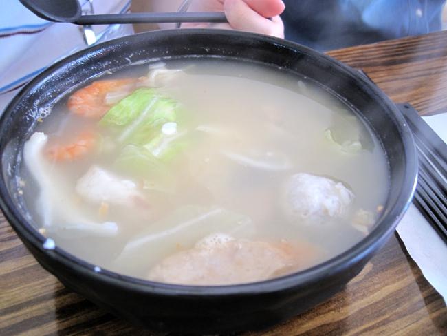鍋燒海鮮粥,頗大碗,裡頭一樣有火鍋料理還有蝦子