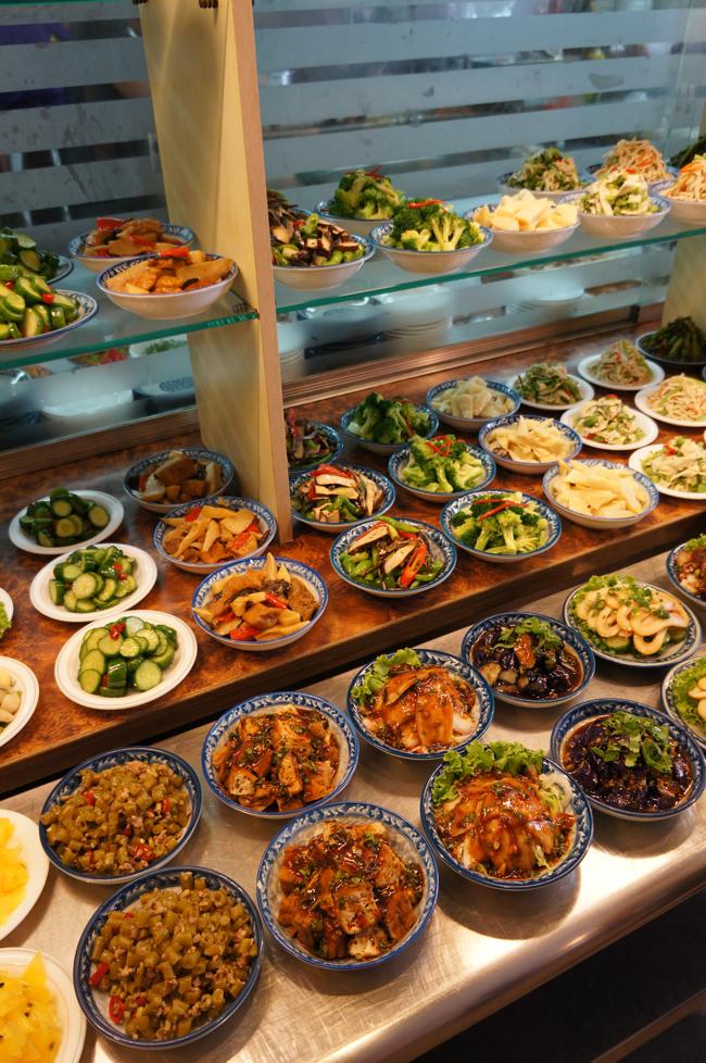 哇!這小菜餐台也太多樣小菜了,圓盤50圓,花盤80圓,每一樣份量都很多耶!