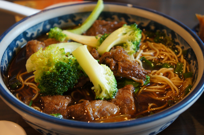 川味牛肉麵,一碗份量超多...我們是三個人share...湯汁很濃厚,有點中藥材的味道;麵條是細麵,頗能吸收湯的,吃到後來麵條少了湯汁也少了...