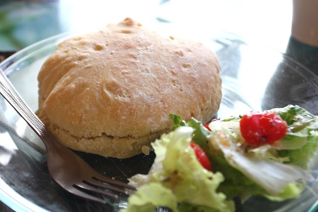 鮪魚手工麵包三明治,旁邊是簡單的生菜
