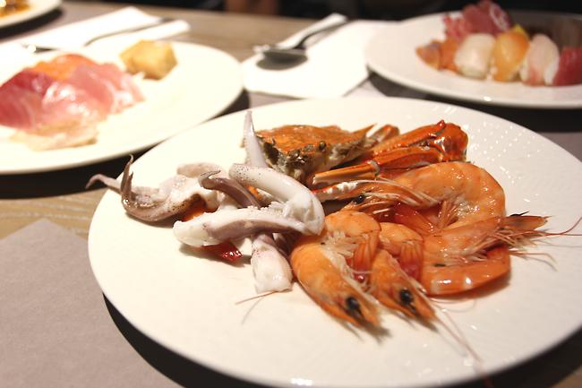 有海鮮、生魚片等,海鮮總類確實不多,但夠吃了....