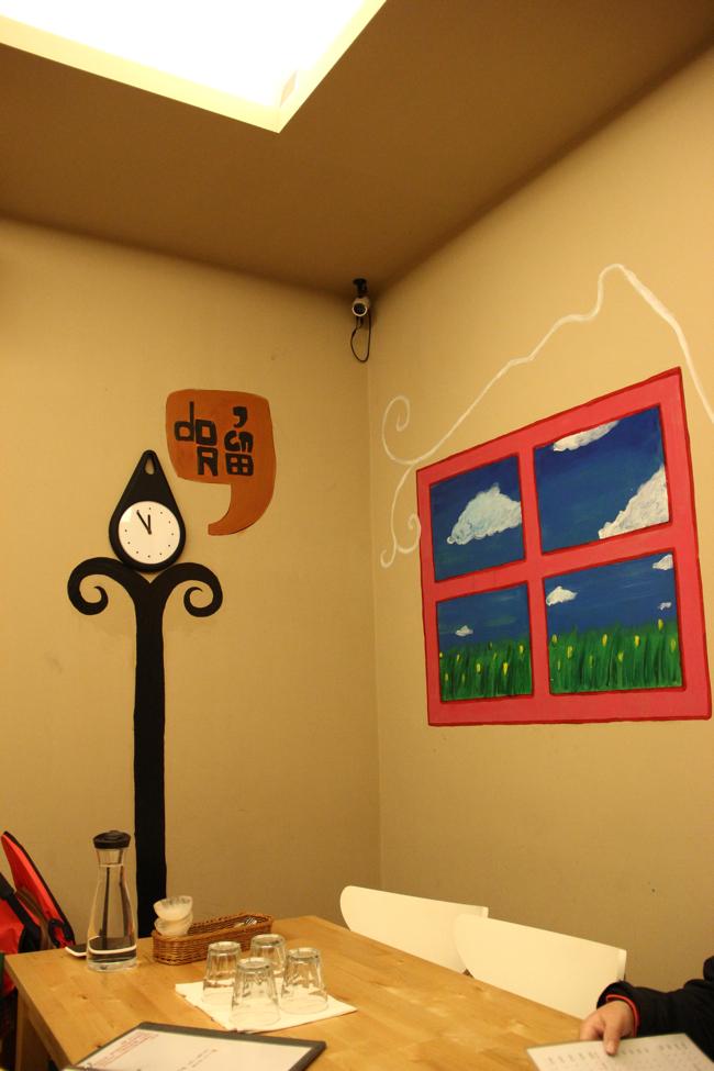 二樓牆壁上有一些彩繪...