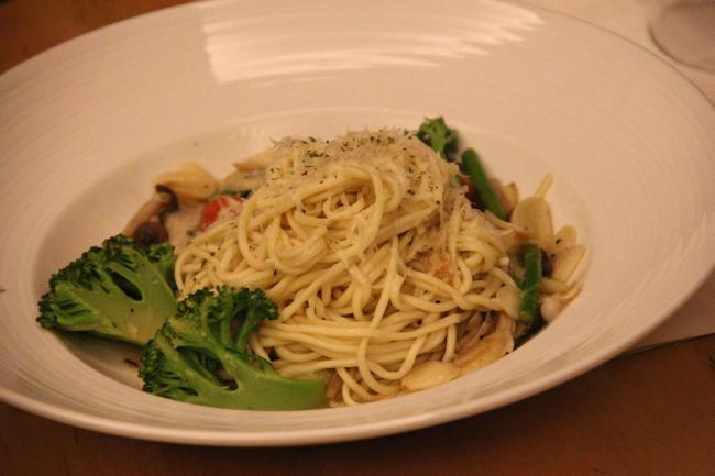 蒜香時蔬義大利麵,是清炒的麵條,可惜油味較濃