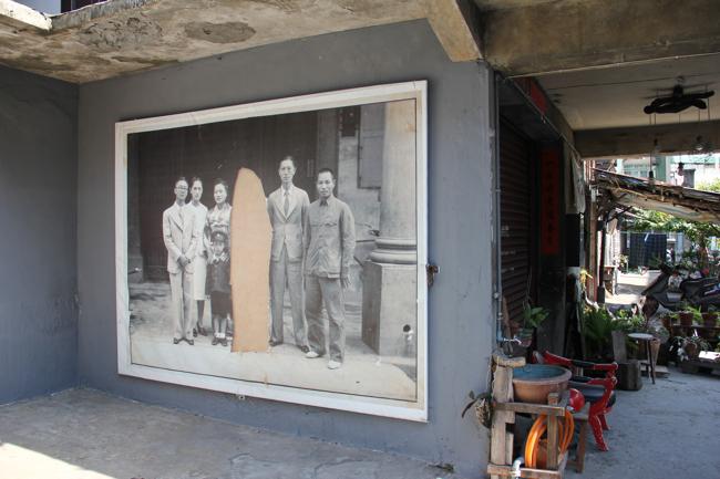 一樓入口處旁邊有一幅大大的畫,但中間的人消失了...聽說是有典故?