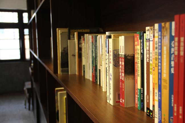 架子上有許多書籍...其實是有深度的...