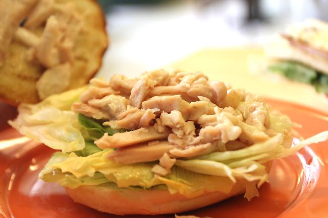 中間有大量的燻雞肉和生菜,燻雞肉普通,就常見早餐店那種