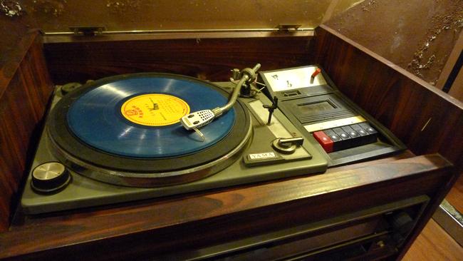 這唱盤算古董了吧?XD