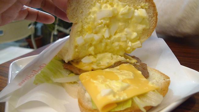 裡頭真的是蛋沙拉啊....燒肉一塊,起士二塊,下方則是生菜...就醬子而已...