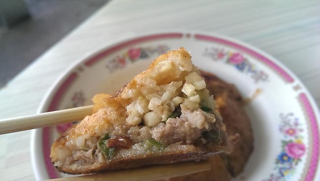 特別的是這肉炸內有筊白筍,跟豬肉混合,頗為好吃...