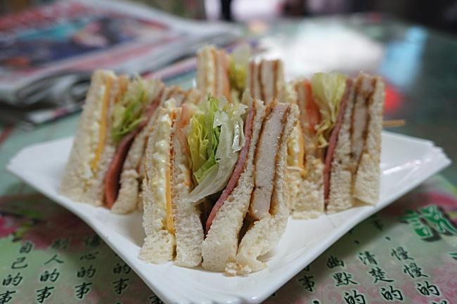 燻雞總匯三明治,現在價格為50元,之前是40元。燻雞沒有油膩度,且是整片雞肉非常見的燻雞肉,中間有生菜、起士、沙拉、火腿等。