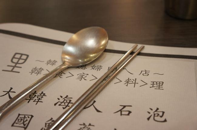 韓國料理店的另一特色,扁扁的筷子,厄~我一直用不慣說...