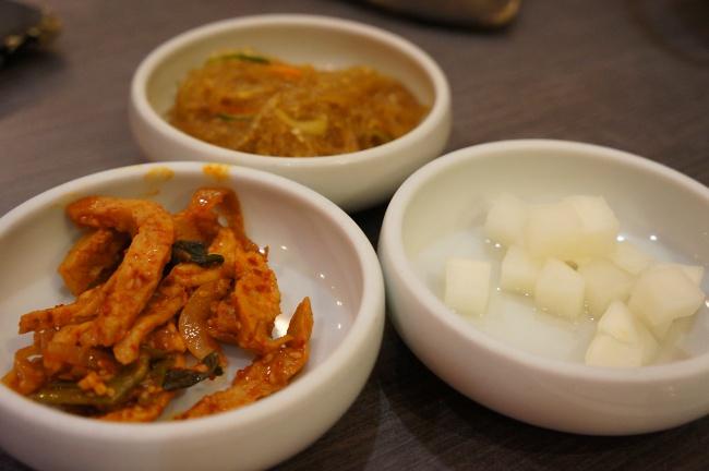 小菜三樣,簡單,蠻下飯的。小菜似乎隨機,看隔壁桌的小菜跟我們都不同....