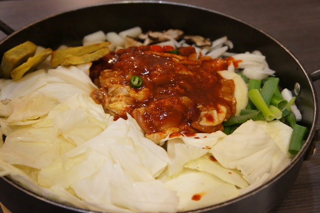辣雞鍋剛出場的樣子,都是生鮮料理,悶一下就可以開始炒