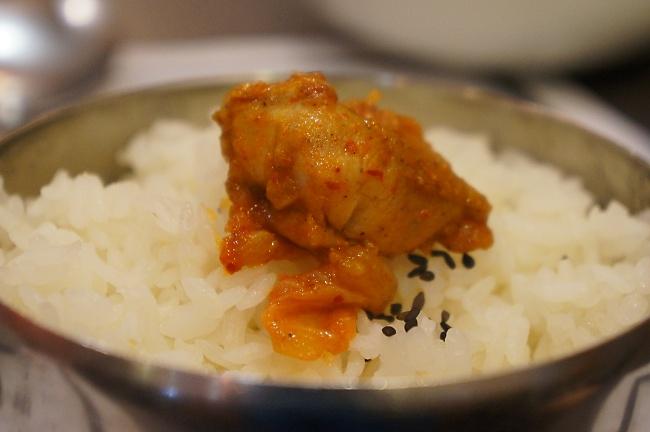 雞肉是腿肉,不會乾乾的,頗好吃!這一個辣雞鍋就是下飯的好物,一整鍋二個人就全部吃完了....