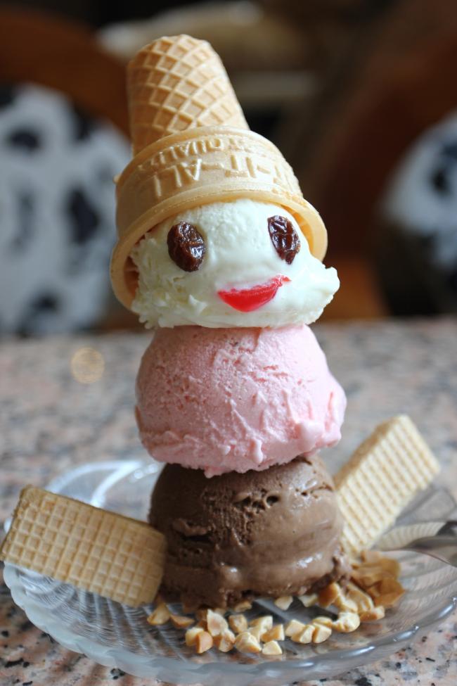 雪人聖代,用三棵冰淇淋組成