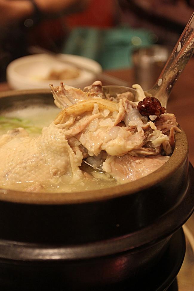 人嵾雞湯,中間的雞更小隻了XD 裡頭有塞飯,雞肉軟嫩,飯有吸收湯汁的香味,可是人嵾的味道略淡