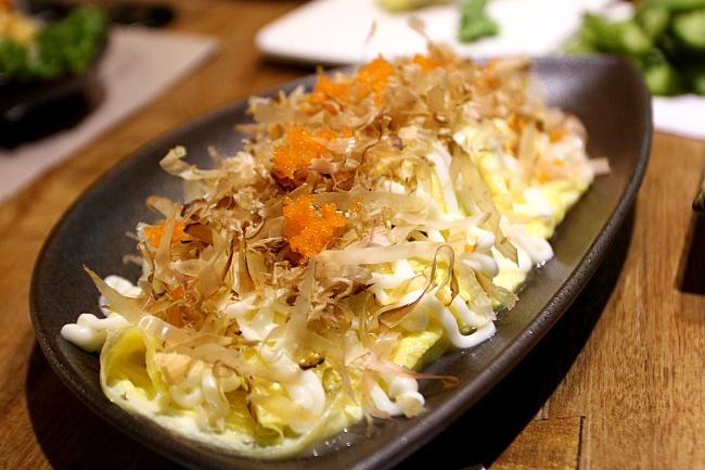 海鮮蔥蛋燒,頗像大阪燒的,外層用厚蛋,撒上柴魚片和魚子醬