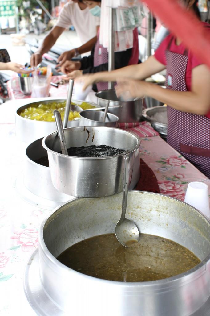 鍋子內滿滿的料理,我對於粉圓和粉粿最有興趣了...